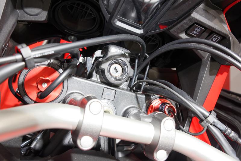 前後サスのプリロードを変えることで車高調整する仕組み。スプリングはシングルレートのため、フィーリングの変化は少ないとする