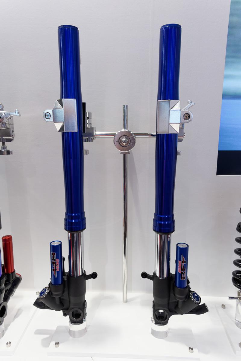 スズキ「GSX-R1000R」やカワサキ(川崎重工業)「Ninja ZX-10R」に採用されている「BFF(Balance Free Front fork)」(左)と「BFRC-lite(Balance Free Rear Cushion lite)」(右)。従来よりも応答性の向上、高速な減衰力の立ち上がりなどを実現しているという