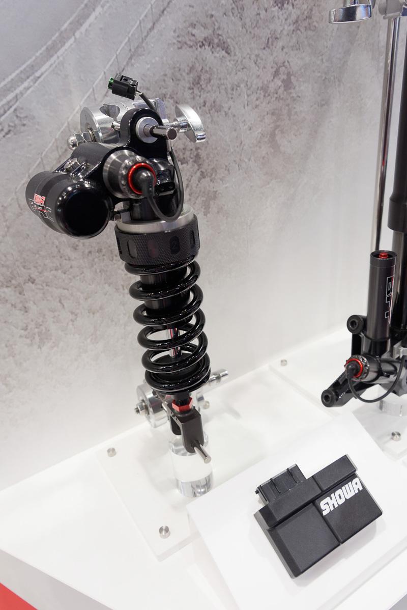 ダンパーの電子制御に対応した「SHOWA EERA Balance Free Damping Force」。ストロークセンサーはボディに内蔵。低コストと高性能を両立する