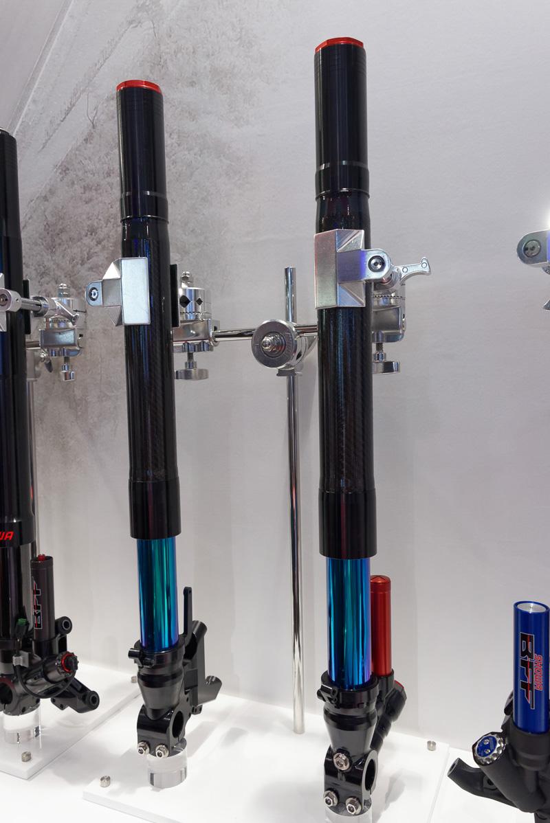 「神電 六」が搭載するエアダンパーサスの「SFF(Separate Function Front Fork)-Air」。アウターチューブはCFRP(炭素複合素材)で補強されている。市販化も検討しており、担当者によると「まずはミドルクラス(400~700cc)から」とのこと