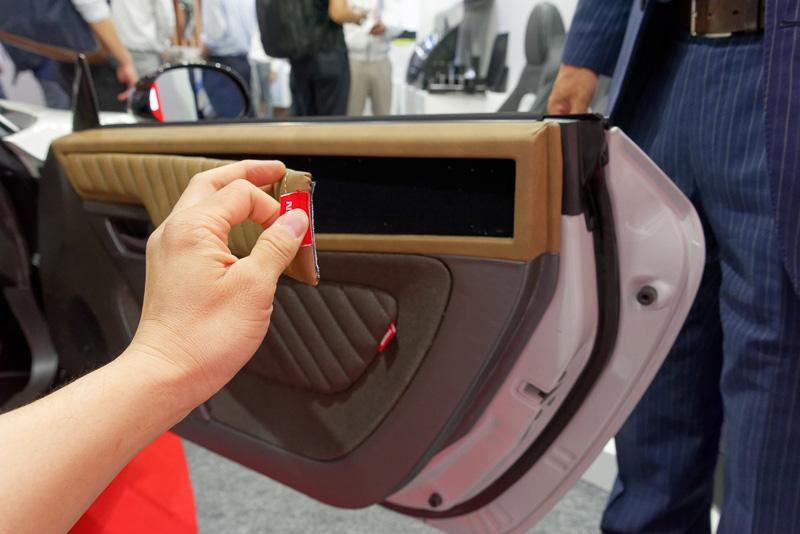 """内装は各部を簡単に取り外しでき、洗ったり、他の素材やデザインのものに""""着せ替え""""できる。裏側にマイクロファイバーのような特殊な加工が施され、貼り付けると前後に動きにくくなるため、手でまっすぐ手前に動かさない限り簡単には外れない"""