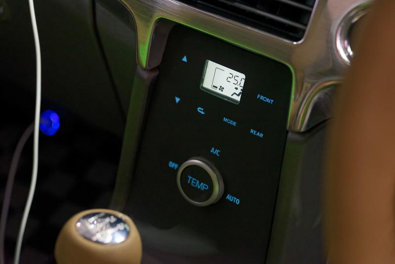 通常は合成皮革のように見えるセンターコンソールだが、必要に応じてエアコンなどの操作ボタンとして光って見えるようになる
