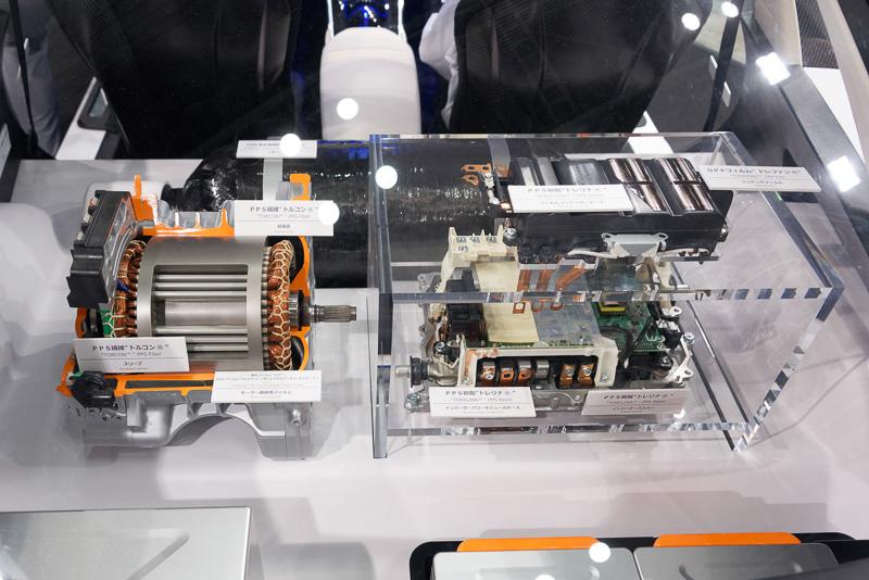 外装、内装には炭素繊維素材や樹脂素材が用いられている。そのほかにも高性能モーター(用のコンデンサーフィルム)、高性能バッテリー(用の電極)、イメージセンサー(用の光学素材)、プラスチック光ファイバーなど、東レならではの素材がてんこ盛り