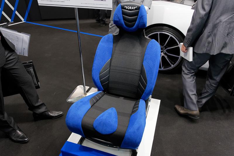 こちらも東レの素材技術をふんだんに盛り込んだ「次世代カーシート」。シート骨格にはカーボンファイバーを用い、クッション性が必要な部分はウレタンではなくリサイクル性の高いモノマテリアルを使用。通気性が高く、軽量で剛性にも優れるとする