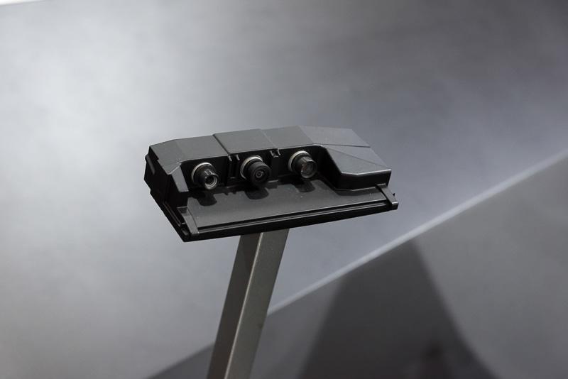 自動運転・ADAS向けの「TRI-CAMカメラ」。複数の魚眼レンズカメラで300m先の物体検知に対応する。1つのセンサーが故障しても正しく動作し続ける冗長性も特徴