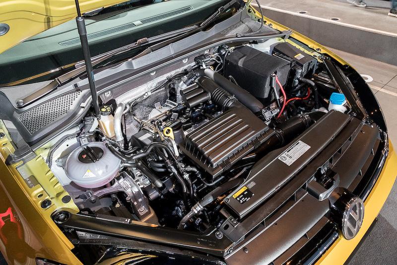直列4気筒DOHC 1.4リッターターボエンジンに7速DSGを組み合わせる「ゴルフ TSI ハイライン」。ボディサイズは4265×1800×1480mm(全長×全幅×全高)。最高出力103kW(140PS)/4500-6000rpm、最大トルク250Nm(25.5kgm)/1500-3500rpmを発生し、JC08モード燃費は18.1km/L。価格は325万9000円