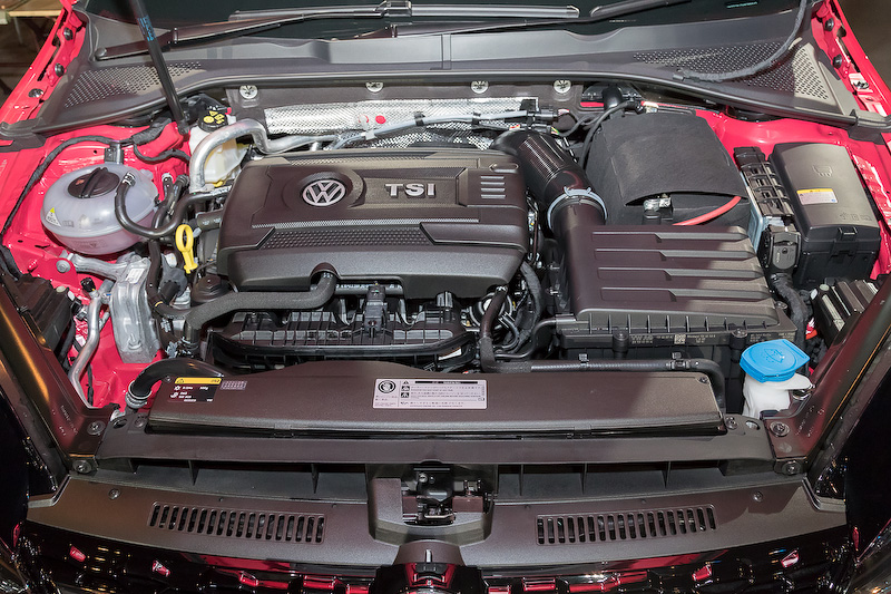 直列4気筒DOHC 1.8リッターターボエンジンに6速DSGを組み合わせ、4輪を駆動する「ゴルフ オールトラック 4MOTION」。ボディサイズは4585×1800×1510mm。最高出力132kW(180PS)/4500-6200rpm、最大トルク280Nm(28.6kgm)/1350-4500rpmを発生。JC08モード燃費は13.5km/L。価格は359万9000円