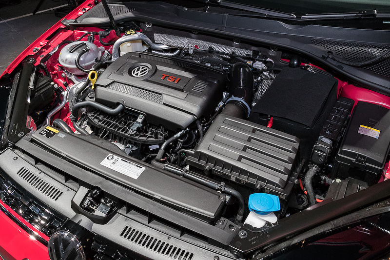 直列4気筒DOHC 2.0リッターターボエンジンに6速DSGを組み合わせる「ゴルフ GTI」。ボディサイズは4275×1800×1470mm(全長×全幅×全高)。最高出力169kW(230PS)/4700-6200rpm、最大トルク350Nm(35.7kgm)/1500-4600rpmを発生し、JC08モード燃費は14.6km/L。価格は399万9000円