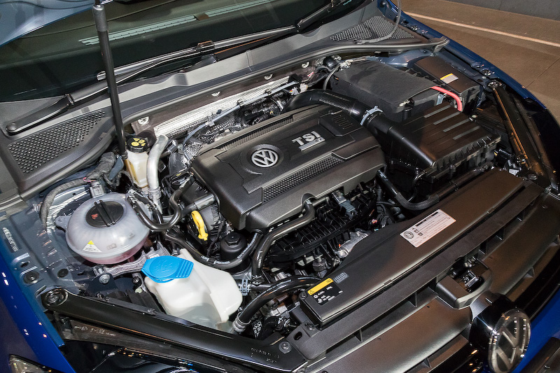 直列4気筒DOHC 2.0リッターターボエンジンに7速DSGを組み合わせる「ゴルフ R」と「ゴルフ R ヴァリアント」。DSG仕様の最高出力は228kW(310PS)/5500-6500rpm、最大トルクは400Nm(40.8kgm)/2000-5400rpm(ハッチバックの6速MT仕様は最大トルク380Nm)を発生し、JC08モード燃費はともに13.0km/L。価格はゴルフ Rが559万9000円、ゴルフ R ヴァリアントが569万9000円