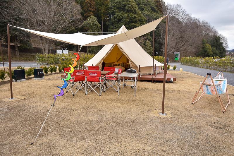 従来よりもさらに広くなったグランピングワイド。備え付けのテントにテーブルやチェア、バーベキューの道具もすべて用意される