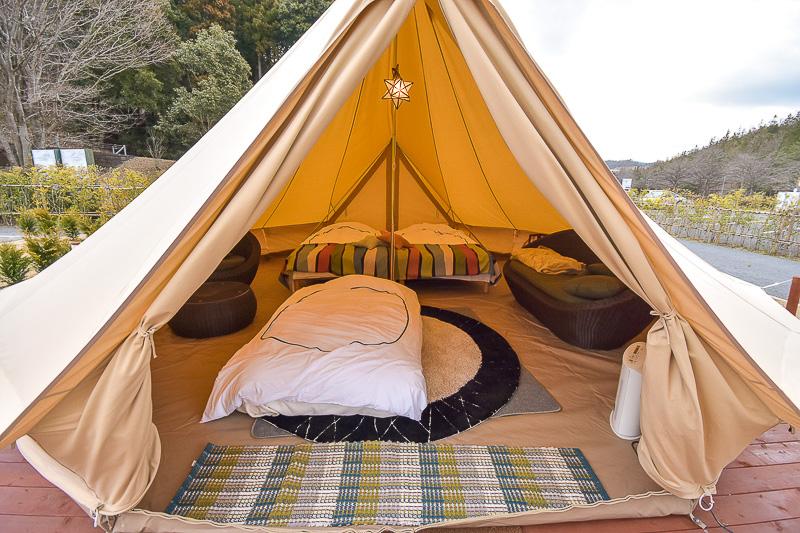 テントの中にはベッドやソファー、冷蔵庫や暖房機器など電気製品も使える