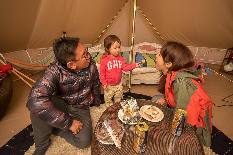 テントの中で食後のスイーツ。焼いたバナナとマシュマロが絶品♪