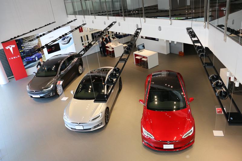 店舗正面の入り口からすぐの場所がショールームとなっており、3台のテスラ車を展示