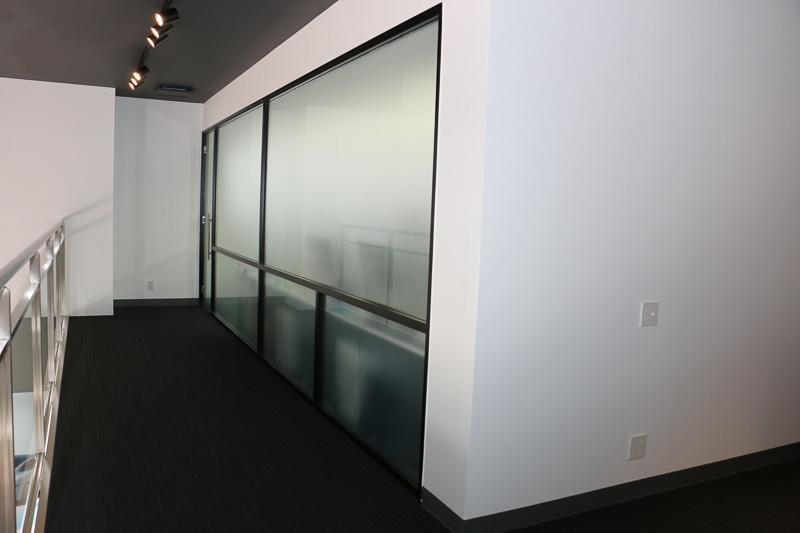 2階の磨りガラスに囲まれた部屋は店舗スタッフのオフィススペース