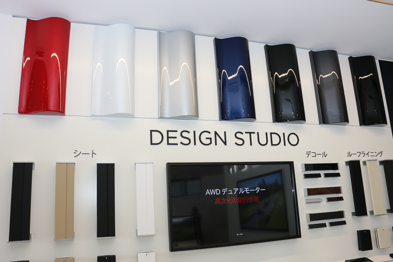 テスラの販売店ではカタログなどは使わず、Macなどの画面上に最新の諸元データやカーコンフィギュレーターなどを表示して来場者に車両について解説。一方で、ボディカラーの塗装見本やインテリアのシート表皮などの見本をデザインスタジオに設置して、実際の質感などを確認できるようにしている