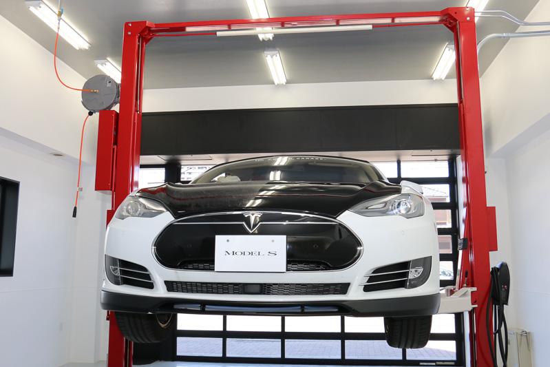 大容量バッテリーを搭載して重量が2.0tを超えるテスラ車に対応するアーチタイプのリフト1基を設置。テスラ車は車両トラブルの情報をコネクテッド機能でセンターに送る。状況が事前に把握できるので、必要な機材などを用意したサービススタッフが車両があるところまで出向いて修理などを行なっているが、ときにはリフトアップが必要になるケースもあることから販売店にもテスラ車対応のリフトを設置することになったとのこと