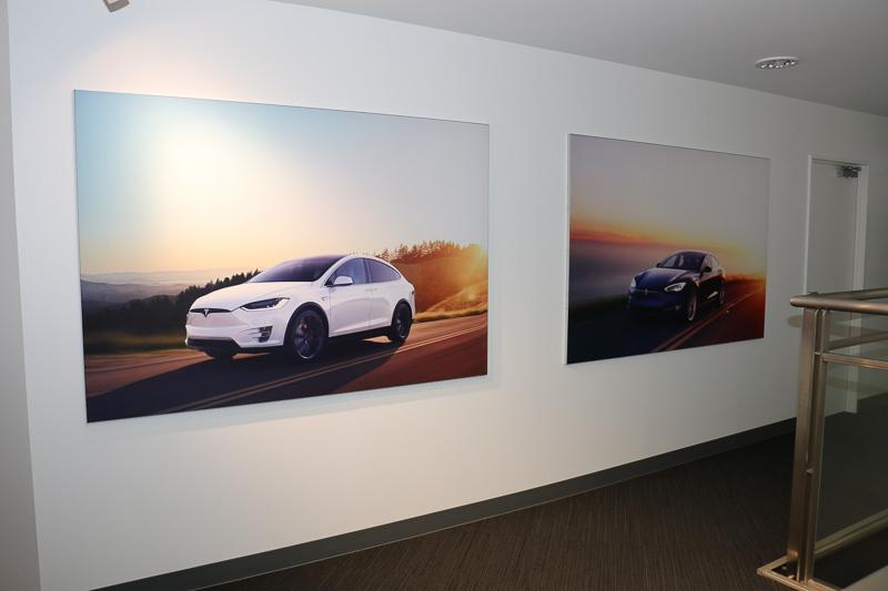 店内にはテスラ車の写真パネルも展示