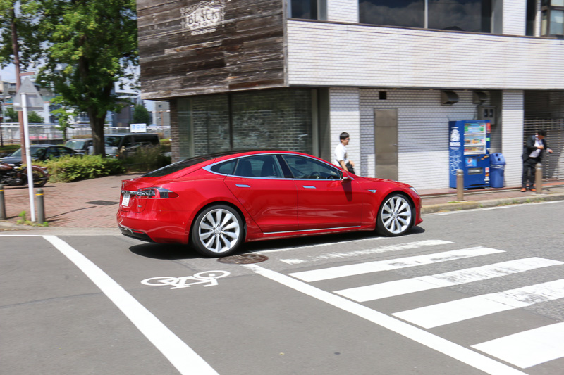 テスラ名古屋では、事前予約しておくことで「モデル S」「モデル X」の試乗が可能。周辺には名古屋高速道路の2号東山線や都心環状線、一般道の若宮大通といった幹線道路があり、テスラ車の加速性能やクルージング性能を体感できる