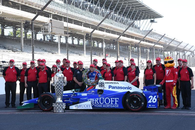 2017年のインディ500の勝者、佐藤琢磨選手。インディカーのタイヤを供給するファイアストンのスタッフとの優勝記念写真