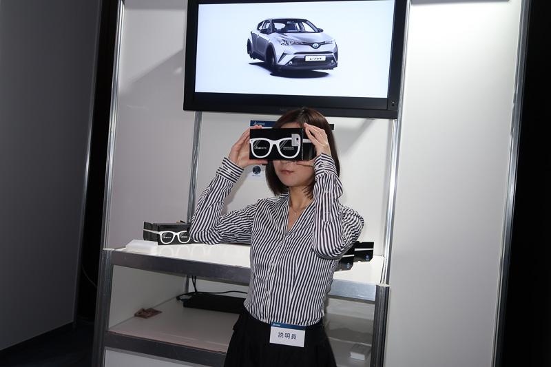 """段ボール製のスコープにスマートフォンを固定した""""簡易VR""""での販促活動の提案。会場では「ゴルフ」の外観とインテリア、仮想の航空機内の映像を体感できた"""