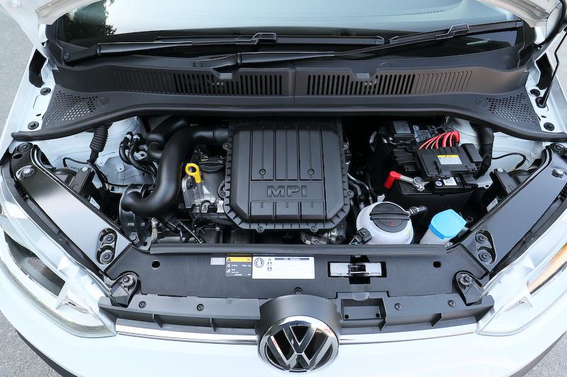 エクステリアではデコレーションフィルムやドアミラー、アルミホイールキャップがカラーコーディネートされる。6ツインスポークの15インチアルミホイール(タイヤサイズ:185/55 R15)も専用装備。パワートレーンは最高出力55kW(75PS)/6200rpm、最大トルク95Nm(9.7kgm)/3000-4300rpmを発生する直列3気筒DOHC 1.0リッターエンジンに5速シングルクラッチAT「ASG」の組み合わせ