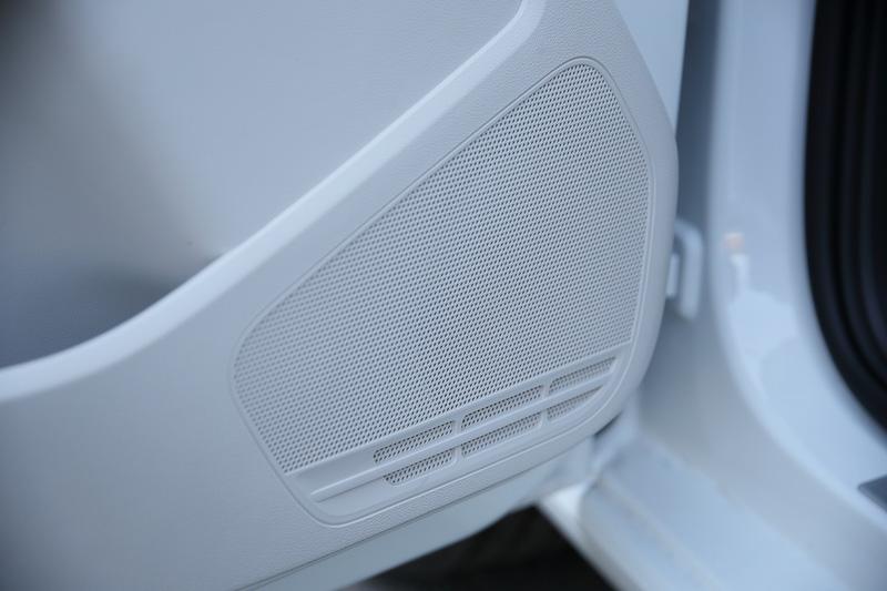 """300W、8チャンネルのパワーアンプにデジタルプロセッサーを搭載するとともに、6個のスピーカーとサブウーハーの合計7個のハイエンドスピーカーをレイアウトするプレミアムサウンドシステム「beats sound system」を標準装備。専用ダッシュパッド、ドアシルプレートやAピラーのスピーカーに「Beats」のブランドロゴである""""bマーク""""をデザイン"""