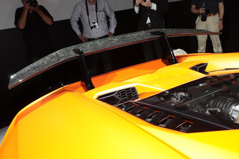 エクステリアの随所にランボルギーニの特許素材「フォージド・コンポジット」を採用するとともに、専用開発したアクティブ・エアロダイナミクス・システム「エアロダイナミカ・ランボルギーニ・アッティーヴァ(ALA)」を採用。足下は専用設計のブロンズカラーの20インチホイールと専用開発されたピレリ「P ZERO CORSA」の組み合わせ