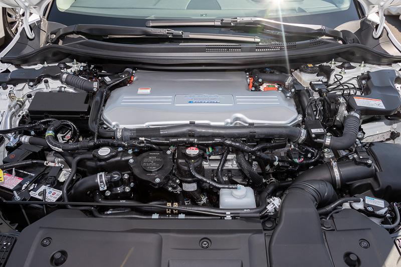 ボンネット内には103kWの出力を持つFCスタックと最高出力130kW(174HP)/最大トルク300Nmを発生する交流モーターを搭載
