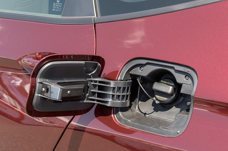 燃料の給油口は左リアフェンダーに用意