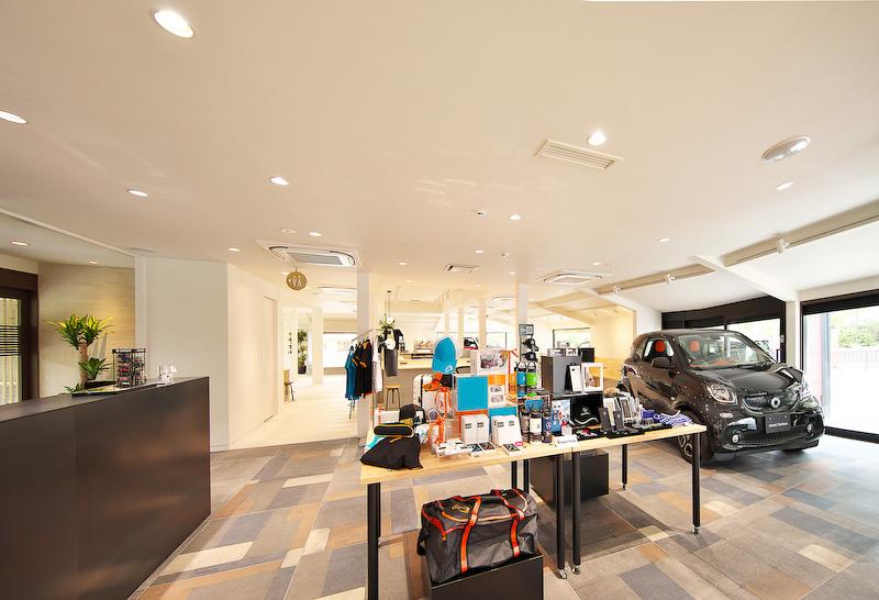 カフェ「.S」(ドットエス)を併設し、近隣住民や観光客も気軽に立ち寄れる空間に仕上げた