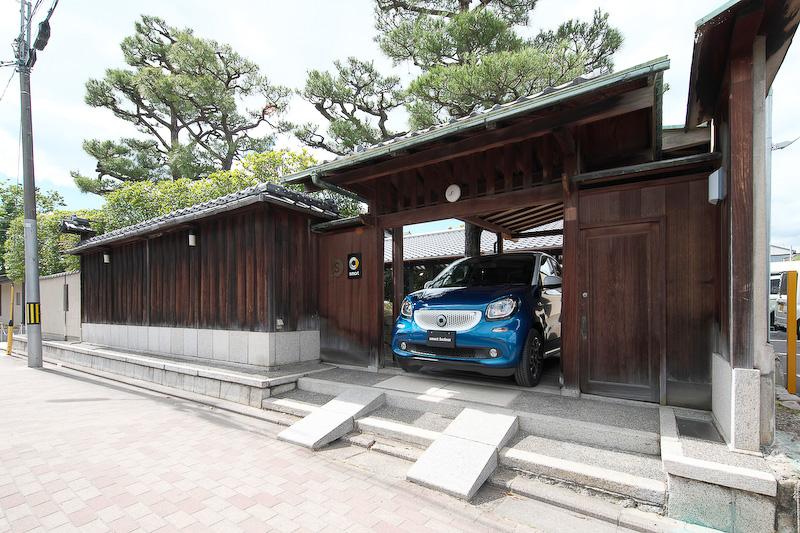 「smart center 京都, the garden」の外観。展示台数は国内最大となる10台