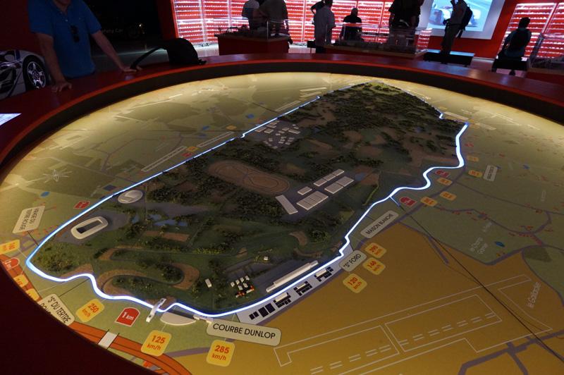 ル・マン24時間レースが行なわれるコースの模型。全長約13.629kmと、1周が長いのが特徴。奥側に見える長いストレートがユノディエールと呼ばれる著名な全長約6kmのストレート(現在は2kmごとにシケインが設置されている)