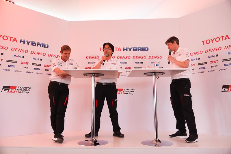 司会(右)が登壇者に質問していく形式でプレスカンファレンスが進行していった。左から、Toyota Motorsport GmbH テクニカルダイレクター パスカル・バスロン氏、トヨタ自動車株式会社 GR開発部 部長 村田久武氏