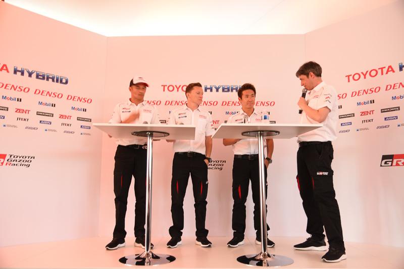 トヨタ7号車のクルー。左から、ステファン・サラザン選手、小林可夢偉選手、マイク・コンウェイ選手