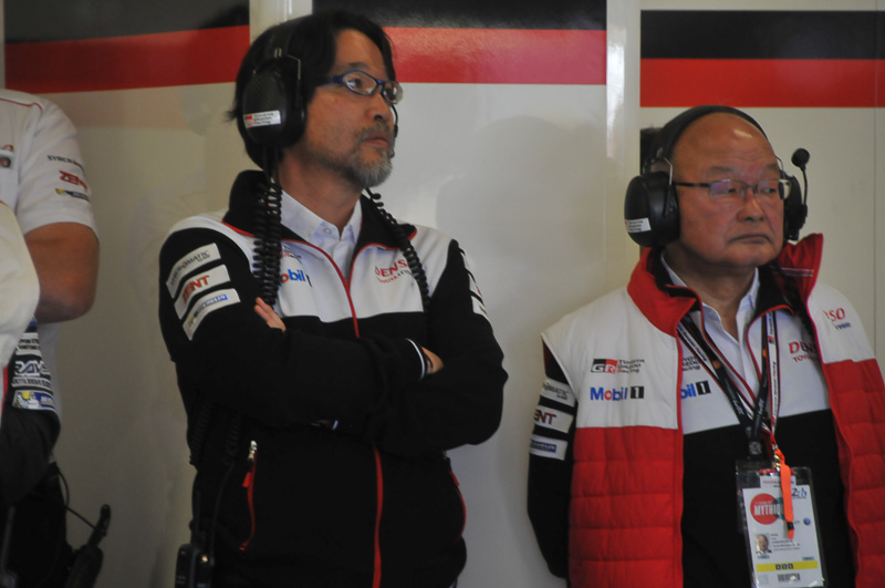 ウォームアップ走行を見つめるトヨタチーム首脳陣
