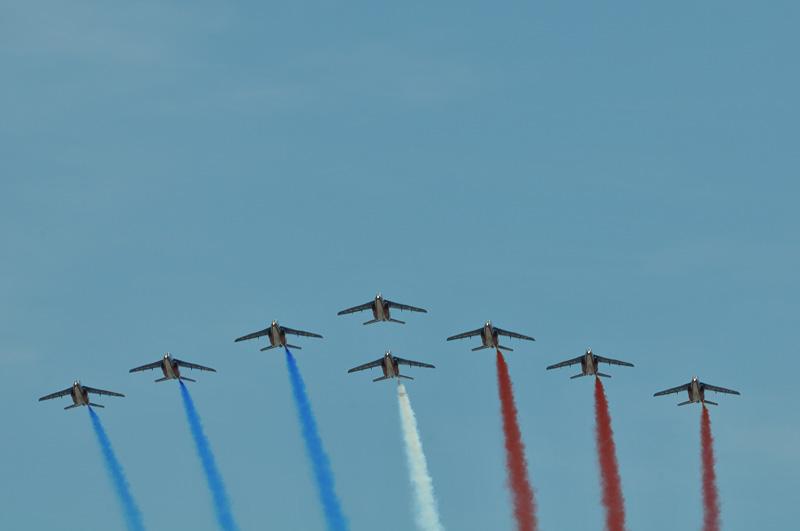 上空をフランス空軍のアクロバットチーム「パトルイユ・ド・フランス」が通過