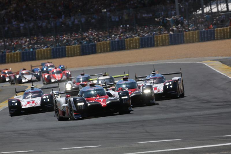 7号車 トヨタ TS050 HYBRID(マイク・コンウェイ/小林可夢偉/ステファン・サラザン組)を先頭にレースが開始された