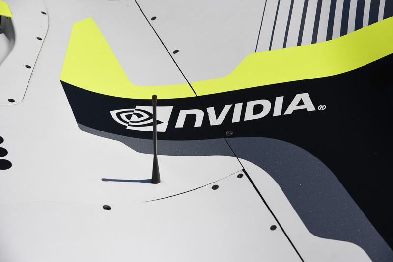 左右に刻まれるNVIDIAのロゴ。付近にアンテナが立っているものの長さが異なるため、それぞれ別の周波数帯域を受け持ち、別の作業に用いられるのだろう