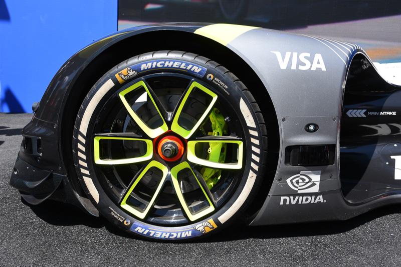 フロントタイヤ。タイヤはもちろんミシュラン。フロントフェンダーサイドにLiDARが組み込まれている
