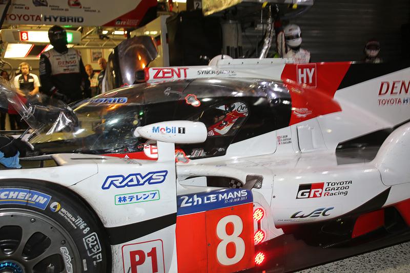 8号車 トヨタ TS050 HYBRIDに乗り込んだ中嶋一貴選手。シリーズチャンピオン獲得のため、全力で最後まで諦めずに走り続ける