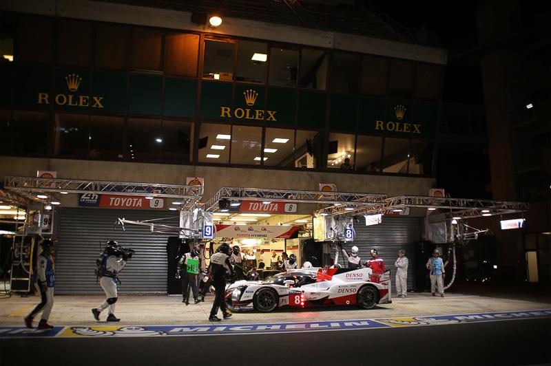 8号車 トヨタ TS050 HYBRIDのピットのみガレージがオープンしているTOYOTA GAZOO Racing