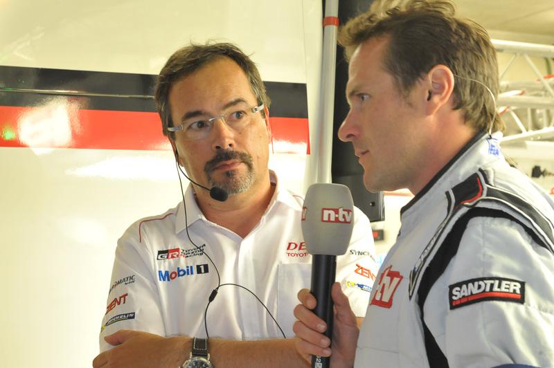 公式映像のインタビューに答えるチームマネージャ ロブ・レウペン氏