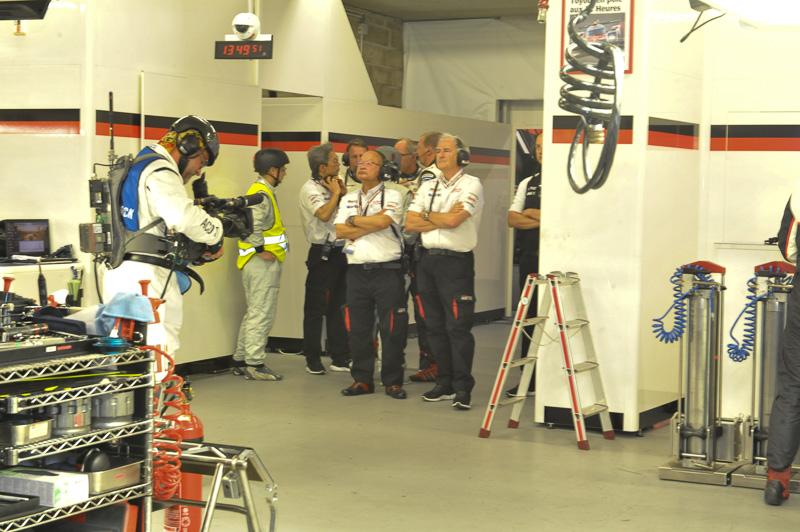相次ぐトラブルで心配そうにモニターを見るTOYOTA GAZOO Racing首脳陣