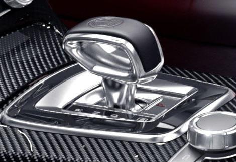 インテリアではカーボン素材を使用した「AMGカーボンインテリアトリム」やAMGエンボスを施した「AMG E-SELECTレバー」、レッドパイピングを施したシートやレッドシートベルトなどを採用