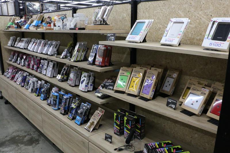今や必需品となったスマートフォンやタブレットを車内で使用するための用品コーナー