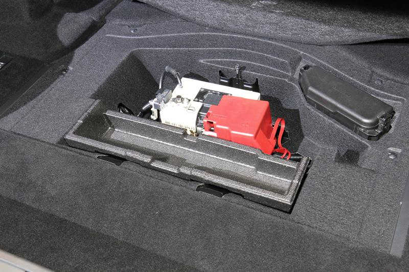 奥行きのあるトランク。フロア下には補機類用のバッテリーとちょっとした収納スペースを設置
