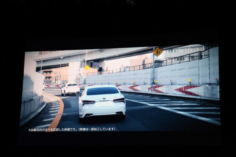 新技術の「レーントレーシングアシスト」では、カメラでの白線認識と前方を走るクルマの走行軌跡を併用。これにより、渋滞時などで白線が認識できないときでも操舵支援が可能になる。さらに高速道路の分岐などではカーナビ情報も活用。進行方向のカーブの曲率と現在の車速から、このままでは安全ではないとシステムが判断した場合に警告を行ない、減速操作が行なわれない場合は自動的に減速する