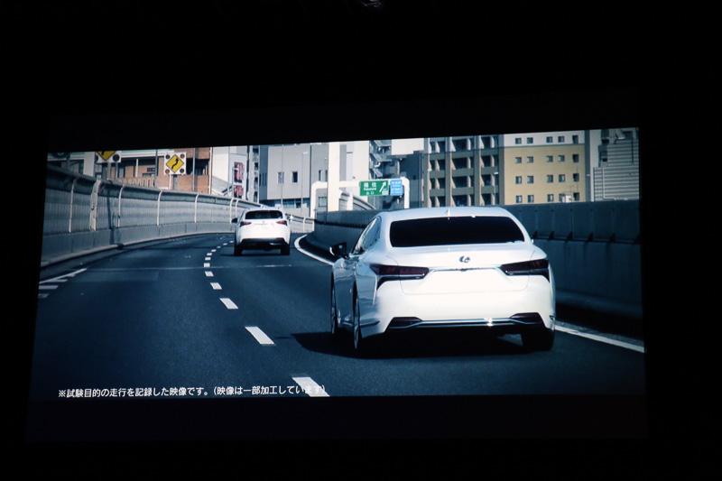 レーントレーシングアシストの作動中にドライバーがウインカー操作を行なうと、「Lexus CoDrive」のシステムがウインカーが点滅している方向のレーンをチェック。後続車などが追い抜いてこないようなタイミングで操舵支援が行なわれて車線変更を実施。車線変更後にはウインカーが自動消灯する仕組みとなっている