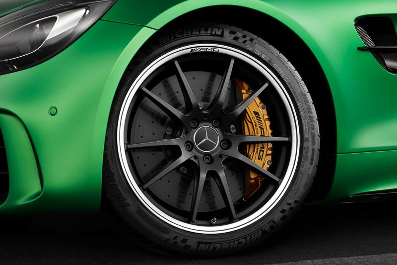 強化コンポジットブレーキシステムにはイエローペイントのブレーキキャリパーを採用。タイヤは「ミシュランパイロットスポーツカップ2」で、サイズはフロントが275/35 R19、リアが325/30 R20