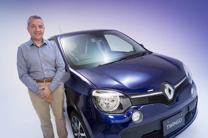 パリの夕暮れをイメージした限定車「トゥインゴ ノクターン」と、ルノー・ジャポン株式会社 プロダクト プランニング部 商品企画グループ チーフプロダクトマネージャーのフレデリック・ブレン氏